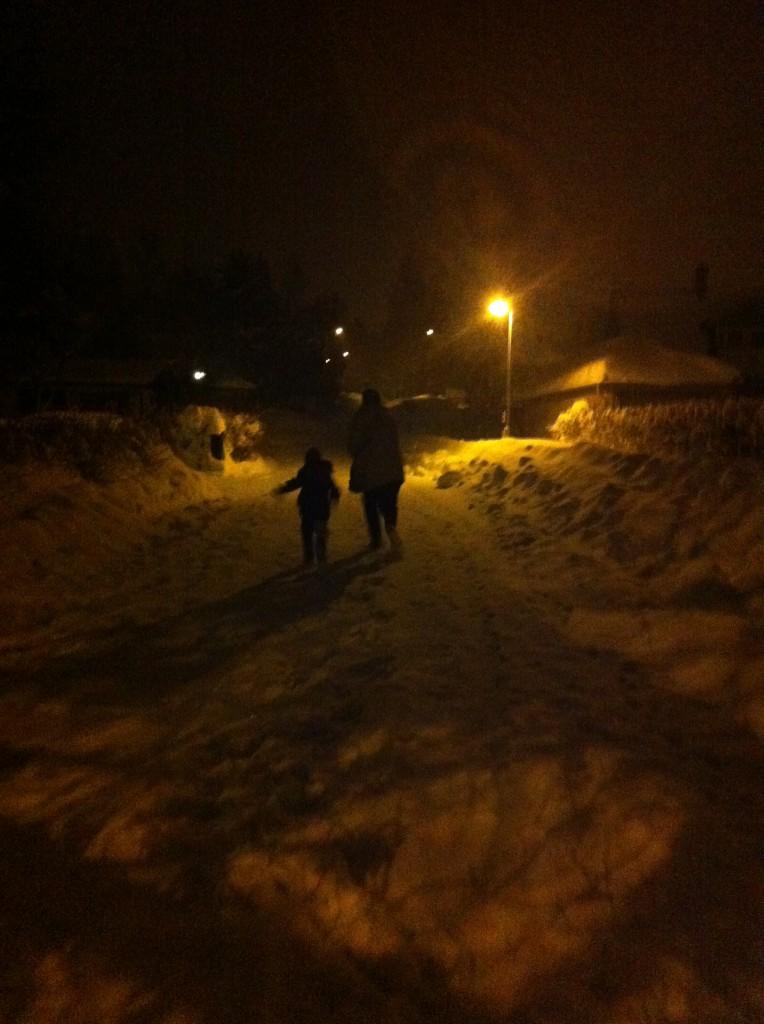 Far och son i snön.
